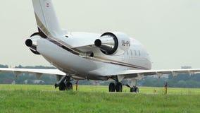 Авиалайнер управляет на земле авиапорта причаливая после приземляться акции видеоматериалы