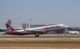 Авиалайнер Laudamotion принимая от авиапорта mallorca стоковые фото