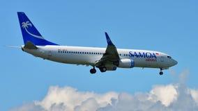 Авиалинии Боинг 737-800 Самоа приземляясь на международный аэропорт Окленда Стоковые Изображения