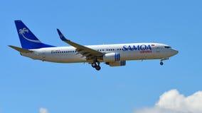 Авиалинии Боинг 737-800 Самоа приземляясь на международный аэропорт Окленда Стоковое Изображение