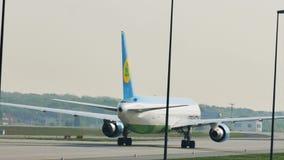 Авиалинии Узбекистана ездя на такси в авиапорте Франкфурта, FRA видеоматериал