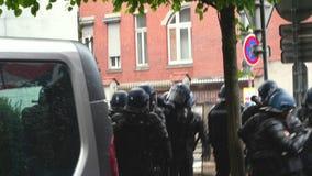 Авиаотряд офицеров жандармов полиции обеспечивая улицу в страсбурге сток-видео