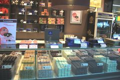 Авиапорт Амстердама Schiphol, Нидерланды - 14-ое апреля 2018: Магазин шоколада Leonidas Стоковые Фото