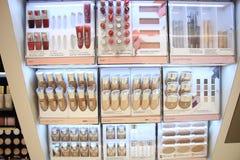Авиапорт Амстердама Schiphol, Нидерланды - 14-ое апреля 2018: различные роскошные продукты косметики клиники Стоковые Фотографии RF