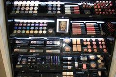 Авиапорт Амстердама Schiphol, Нидерланды - 14-ое апреля 2018: различные роскошные косметические продукты Стоковое Фото