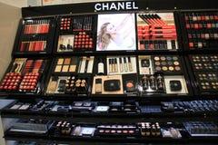 Авиапорт Амстердама Schiphol, Нидерланды - 14-ое апреля 2018: различные роскошные продукты косметики Chanel Стоковые Изображения