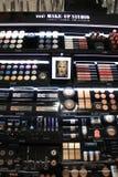 Авиапорт Амстердама Schiphol, Нидерланды - 14-ое апреля 2018: различные роскошные косметические продукты Стоковая Фотография RF