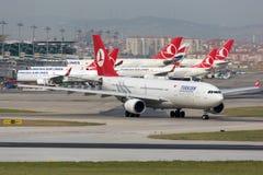 Авиапорт аэробуса A330-200 Стамбула Turkish Airlines Стоковые Изображения RF