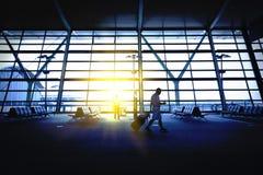 Авиапорт Гонконга, путешественники стоковое фото