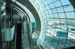 Авиапорт Дубай, ОАЭ - 12-ое октября 2013: Интерьер международного аэропорта Дубай Стоковые Изображения RF