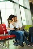 Авиапорт компьтер-книжки семьи стоковые фото