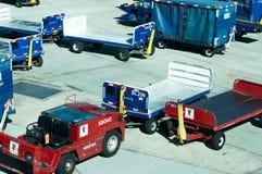 Авиапорт Сан Антонио - тележки багажа на пандусе Стоковое фото RF