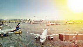 Авиапорт с самолетом на солнечный день, осматривает сверху Стоковые Фото