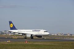Авиапорт Франкфурта - аэробус A319-100 Люфтганзы принимает  Стоковая Фотография RF