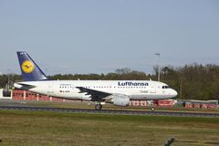 Авиапорт Франкфурта - аэробус A319-100 Люфтганзы принимает  Стоковое Изображение