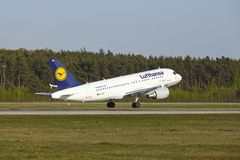 Авиапорт Франкфурта - аэробус A319-100 Люфтганзы принимает  Стоковое фото RF