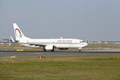 Авиапорт Франкфурта - Боинг 737-800 королевского maroc воздуха принимает  Стоковые Фото