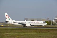 Авиапорт Франкфурта - Боинг 737-800 королевского maroc воздуха принимает  Стоковые Изображения RF