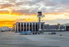 Авиапорт Франкфурт и стержень 2 в заходе солнца Стоковое фото RF