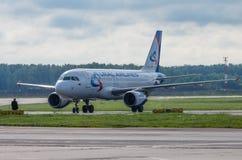 Авиапорт Domodedovo, Москва - 11-ое июля 2015: Аэробус A319 VQ-BTZ авиакомпаний Ural Стоковая Фотография