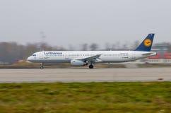 Авиапорт Domodedovo, Москва - 25-ое октября 2015: Аэробус A321-200 D-AIDH Люфтганзы принимает  Стоковые Фотографии RF