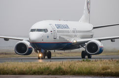 Авиапорт Domodedovo, Москва - 25-ое октября 2015: Боинг 737-800 авиакомпаний OrenAir Стоковая Фотография