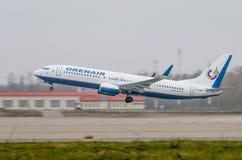 Авиапорт Domodedovo, Москва - 25-ое октября 2015: Боинг 737-800 VQ-BWJ авиакомпаний OrenAir Стоковые Изображения