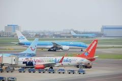 Авиапорт Schiphol Амстердама Нидерланды - 14-ое апреля 2018: самолеты на стробах Стоковая Фотография