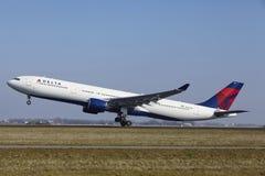 Авиапорт Schiphol Амстердама - аэробус A330 Delta Airlines принимает  стоковая фотография rf