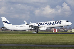 Авиапорт Schiphol Амстердама - аэробус A321 Finnair приземляется Стоковое Изображение