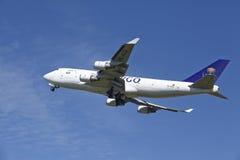 Авиапорт Schiphol Амстердама - Боинг 747 груза Саудовца принимает  Стоковое Изображение RF