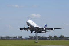 Авиапорт Schiphol Амстердама - Боинг 747 груза Саудовца принимает  Стоковое фото RF