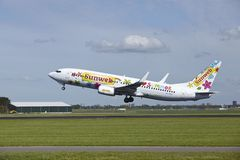 Авиапорт Schiphol Амстердама - Боинг 737-8K2 Transavia принимает  Стоковое Изображение RF