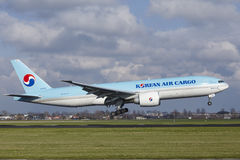 Авиапорт Schiphol Амстердама - груз Боинг 777 Korean Air приземляется стоковые фотографии rf