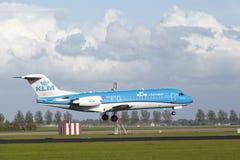Авиапорт Schiphol Амстердама - Fokker 70 KLM Cityhopper приземляется Стоковые Фотографии RF
