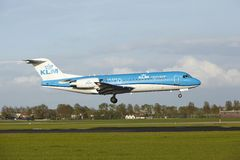 Авиапорт Schiphol Амстердама - Fokker 70 KLM Cityhopper приземляется Стоковое фото RF