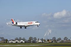 Авиапорт Schiphol - canadair CRJ-700 Амстердама ХМЕЛЯ! земли Стоковая Фотография RF