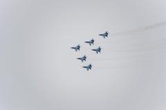 Авиасалон в небе над летной школой авиапорта Краснодара Airshow в честь защитника отечества MiG-29 в небе Стоковые Изображения