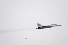 Авиасалон в небе над летной школой авиапорта Краснодара Airshow в честь защитника отечества MiG-29 в небе Стоковые Фото