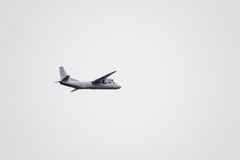Авиасалон в небе над летной школой авиапорта Краснодара Airshow в честь защитника отечества an-26 в небе Стоковые Фото