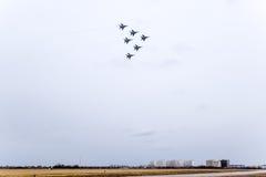Авиасалон в небе над летной школой авиапорта Краснодара Airshow в честь защитника отечества MiG-29 в небе Стоковое Изображение RF