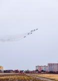 Авиасалон в небе над летной школой авиапорта Краснодара Airshow в честь защитника отечества MiG-29 в небе Стоковая Фотография RF