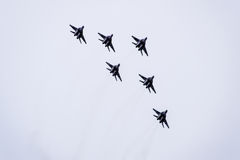 Авиасалон в небе над летной школой авиапорта Краснодара Airshow в честь защитника отечества MiG-29 в небе Стоковое Изображение