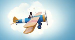 Авиатор в плоскости ретро  Мультимедиа Мультимедиа Стоковое Изображение