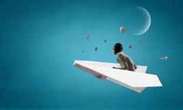 Авиатор женщины плавая в небо Мультимедиа Стоковые Изображения