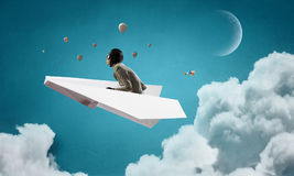Авиатор женщины плавая в небо Мультимедиа Стоковое Изображение RF