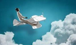 Авиатор женщины плавая в небо Мультимедиа Стоковые Фотографии RF