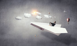 Авиатор женщины плавая в небо Стоковое Изображение