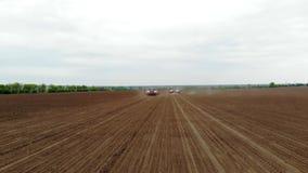 Авиационная съемка, весна, там 2 трактора в поле с особенными плантаторами точности, засаживают мозоль, или видеоматериал