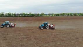Авиационная съемка, весна, там 2 трактора в поле с особенными плантаторами точности, засаживают мозоль, или сток-видео